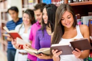 giovani che leggono